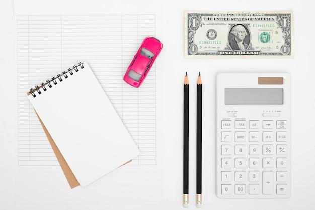 Kosten voor het berekenen van de kosten voor de onkosten van de auto met aantekeningen op papier, betalings tabel en dollar geld