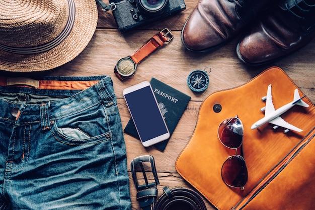 Kostuums voor reisaccessoires. paspoorten, bagage, de kosten van reiskaarten voorbereid voor de reis