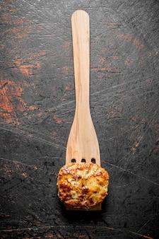 Kotelet op een houten spatel. op rustieke achtergrond