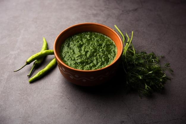 Kothimbir of dhaniya chutney gemaakt van koriander of koriander met chili, geserveerd in een kom.