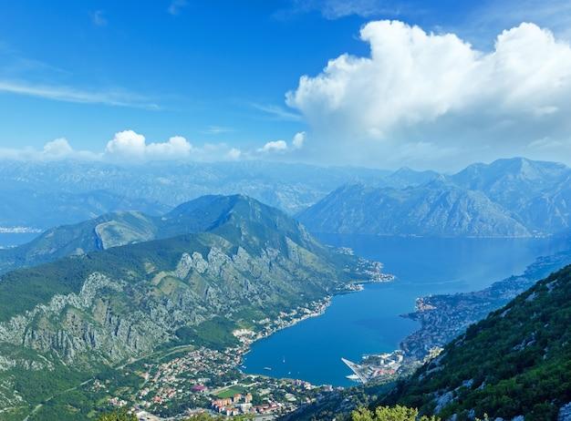 Kotor stad zomer ochtend uitzicht vanaf omhoog (boka kotorska bay, montenegro)