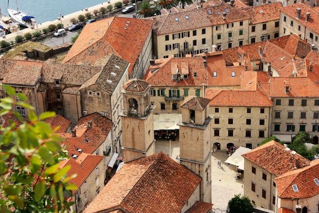 Kotorbaai en het schilderachtige landschap van de oude stad in de zomer. montenegro.