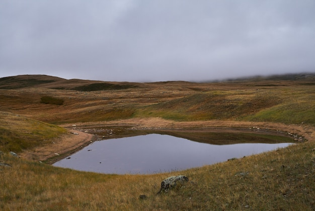 Koud bewolkt weer in het steppegebied. het ukok-plateau van altai. fabelachtige koude landschappen. iedereen in de buurt