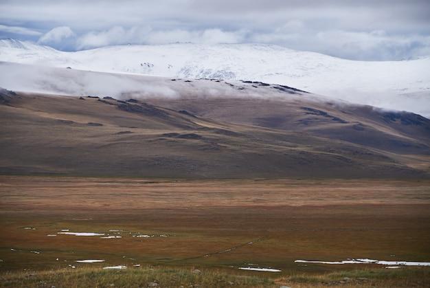 Koud bewolkt weer in het steppegebied