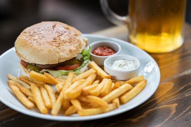Koud biertje en heerlijke hamburger