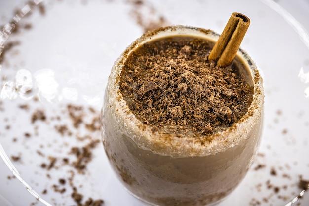 Koud chocoladedessert, huisgemaakt chocolade-ijs met schil gemaakt in vleugel, gastronomisch ijs