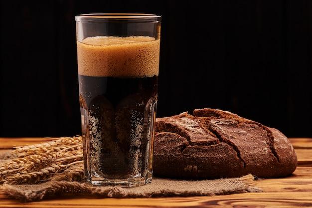 Koud donker broodkwas. traditionele russische drank.