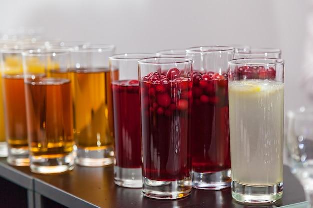 Koud drankje met bessen en ijs in het glas morse en limonade voor feesten en evenementen