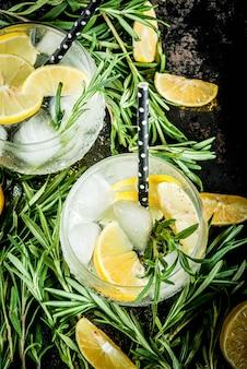Koud drankje met citroen en rozemarijn