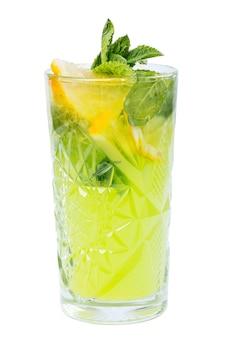 Koud drankje met citroen, ijs en munt geïsoleerd op wit.