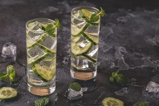 Koud en verfrissend doordrenkt detoxwater met komkommer