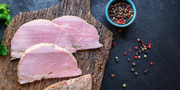 Koud gekookt varkensvlees plak heerlijk vlees klaar om te koken en te eten