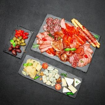 Koud vlees kaasbord met salami chorizo worst en diverse soorten kaas