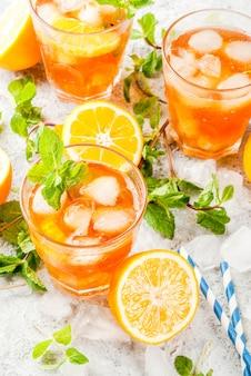 Koud zomers drankje. ijsthee met citroen en munt