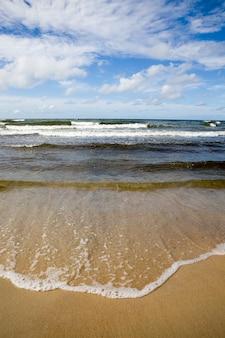 Koud zomerweer aan de oostzee met veel golven van harde wind, de baltische zee is koud in de zomer