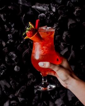 Koude aardbeidrank in een glas
