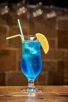 Koude blauwe cocktail met citroen.