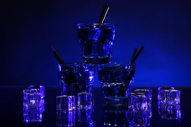 Koude blauwe cocktail