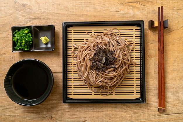 Koude boekweit soba-noedels of zaru ramen - japans eten