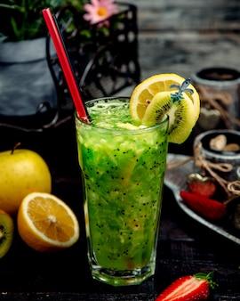 Koude citroen en kiwi drinken op tafel