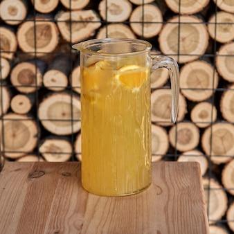 Koude citruscocktail met jus d'orange en, munt en ijs in een glas met druppels. veelkleurige alcohol cocktaildrank aan de bar.