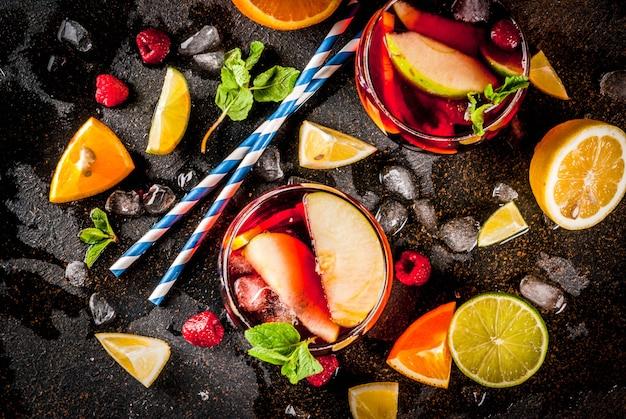 Koude cocktail, fruit en bessen witte sangria met verschillende soorten fruit
