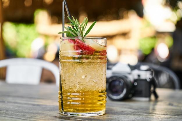Koude cocktail gemaakt van vers fruit