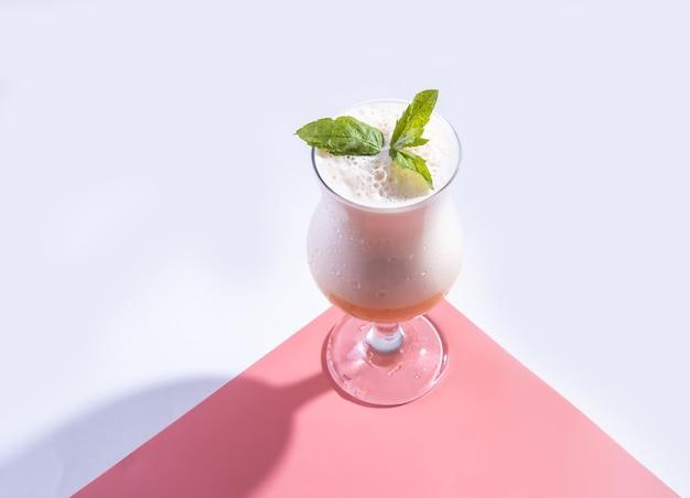 Koude cocktail van fruitsap en indiase drank lassi met munt