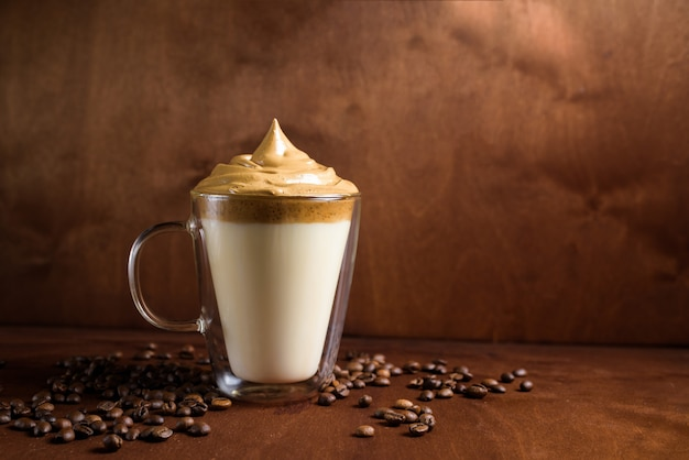 Koude dalgon-koffie in duidelijke glazen op een donkere houten achtergrond