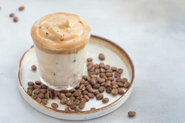 Koude dalgona koffie met slagroom in een glas