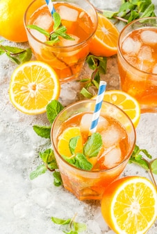 Koude drank. ijsthee met citroen en munt