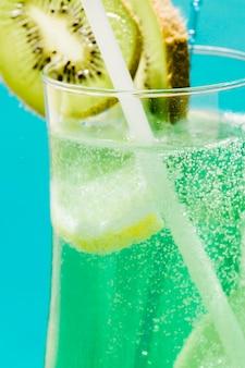 Koude exotische groene zomer cocktail met kiwi en citroen