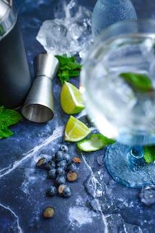 Koude gin tonic met limoen en bosbessen