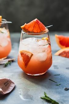 Koude grapefruitlimonade met rozemarijn en ijsblokjes