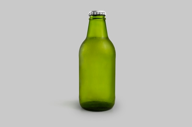 Koude groene bierfles geïsoleerd