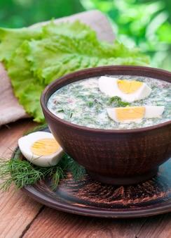 Koude groentesefir soep met eieren en greens