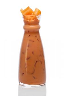 Koude ijzige drank met avocado, wortel, radijs en selderij met schaduw op witte achtergrond