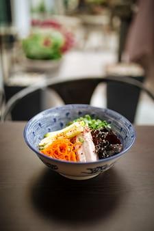 Koude japanse hiyashi chuka ramen op houten tafel