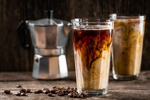 Koude koffie met ijs en room