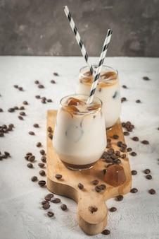 Koude koffie met melk, karamel en ijs, met blokjes bevroren koffie. cappuccino, frapuchchino of latte
