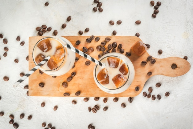 Koude koffie met melk, karamel en ijs, met blokjes bevroren koffie