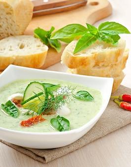 Koude komkommersoep met gedroogde tomaten en mozzarella