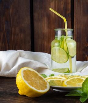 Koude limonade met ijs op houten achtergrond