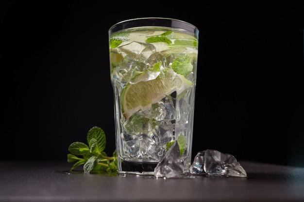 Koude limonade met limoen, munt en ijs in een glas