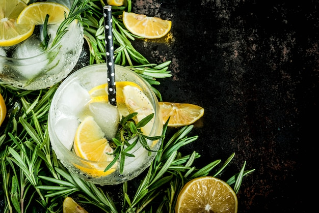 Koude limonade of alcohol wodka cocktail met citroen en rozemarijn,