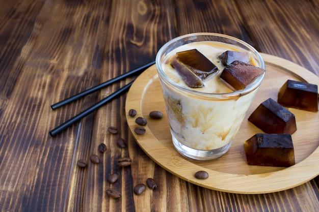 Koude melk met koffie-ijs in het glas