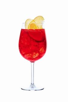 Koude sangria in een wijnglas dat op wit wordt geïsoleerd