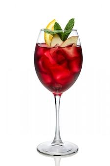 Koude sangria in een wijnglas dat op wit wordt geïsoleerd.