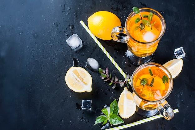 Koude thee met citroen, munt en ijs