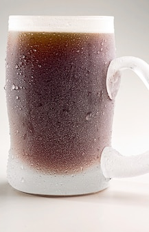 Koude tulp met donker bier op witte achtergrond.